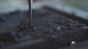CNC碾碎的金属颜色截煤机的截槽黑木头 关闭突然上升了刻记的标志或标志一种特别设备  股票视频