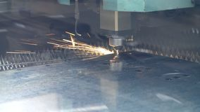 CNC纤维激光有明亮的火花的切割机 金属工艺过程 股票录像