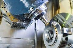 CNC路由器和转动的金属与切割工具和集中工具 高科技处理的概念 库存照片