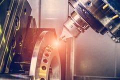 CNC路由器和转动的金属与切割工具和集中工具 高科技处理的概念 免版税库存图片