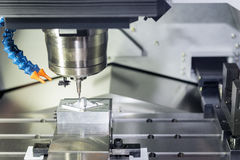CNC λειτουργία άλεσης στα κομμάτια εργασίας δειγμάτων στοκ φωτογραφία