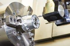 Cnc εργαζόμενο επεξεργαμένος στη μηχανή κέντρο μετάλλων με το εργαλείο κοπτών Στοκ Φωτογραφίες