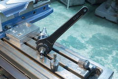 CNC εργαλείων άλεσης κλειδαριών γαλλικών κλειδιών συνέλευση στοκ εικόνες με δικαίωμα ελεύθερης χρήσης