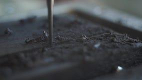 CNC η μηχανή χρώματος μετάλλων άλεσης έκοψε το μαύρο ξύλο κλείστε αυξημένος ενός ειδικού εξοπλισμού για τα σημάδια ή τα σύμβολα χ φιλμ μικρού μήκους