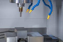 CNC κατεργασία και άλεση εργαλείων που κόβουν την πρώτη ύλη στοκ φωτογραφίες με δικαίωμα ελεύθερης χρήσης