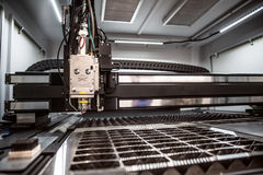 CNC κοπή λέιζερ του μετάλλου, σύγχρονη βιομηχανική τεχνολογία Στοκ φωτογραφία με δικαίωμα ελεύθερης χρήσης