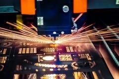 CNC κοπή λέιζερ του μετάλλου, σύγχρονη βιομηχανική τεχνολογία Στοκ Φωτογραφίες