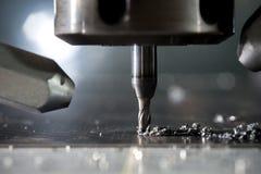 CNC μέταλλο που επεξεργάζεται στη μηχανή από το μύλο Στοκ Εικόνες