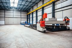 CNC μηχανή κοπτών λέιζερ πλάσματος στη βιομηχανική αίθουσα Στοκ Εικόνες