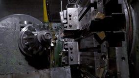 CNC μηχανή που επεξεργάζεται το μέταλλο στη μηχανή απόθεμα βίντεο