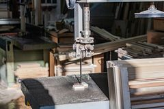 Cnc ξύλινα τέμνοντα μηχανήματα, λεπτομέρεια της λεπίδας πριονιών καθώς λειτουργεί στοκ φωτογραφία με δικαίωμα ελεύθερης χρήσης