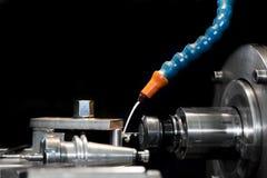 CNC που επεξεργάζεται το σταθμό στη μηχανή στην εργασία Άλεση, πέρασμα κλωστής σε βελόνα Στοκ Εικόνες