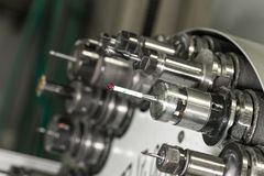 CNC στο περιστρεφόμενο κεφάλι εργαστηρίων με τα εργαλεία Στοκ Εικόνες