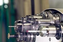 CNC στο περιστρεφόμενο κεφάλι εργαστηρίων με τα εργαλεία Στοκ φωτογραφία με δικαίωμα ελεύθερης χρήσης