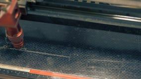 CNC τέμνοντα μέρη μηχανών με το λέιζερ στο εργαστήριο απόθεμα βίντεο