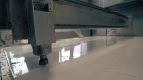CNC τέμνοντες κύκλοι μηχανών στο άσπρο πλαστικό απόθεμα βίντεο