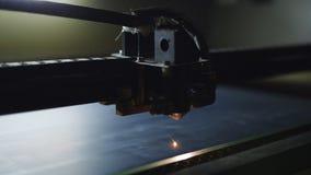 CNC τέμνων καθρέφτης μηχανών με ένα λέιζερ CNC μηχανή στην εργασία E απόθεμα βίντεο