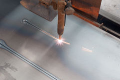 CNC τα LPG δηλητηριάζουν με αέρια την κοπή στο μεταλλικό πιάτο: Κοπή ευθειών γραμμών στοκ φωτογραφία με δικαίωμα ελεύθερης χρήσης