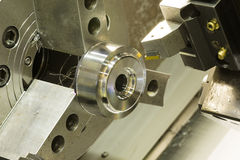 CNC τόρνος που επεξεργάζεται το αυτοκίνητο μέρος στη μηχανή στοκ εικόνα με δικαίωμα ελεύθερης χρήσης