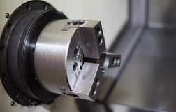 CNC τόρνος στη διαδικασία παραγωγής στοκ φωτογραφίες