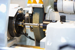 CNC υψηλής ακρίβειας κυλινδρική αλέθοντας μηχανή Στοκ φωτογραφία με δικαίωμα ελεύθερης χρήσης