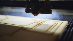 CNC τέμνον ξύλο μηχανών με ένα λέιζερ CNC μηχανή στην εργασία E απόθεμα βίντεο
