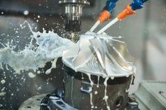 碾碎的金属制品过程 加工由垂直的磨房的CNC金属 库存照片