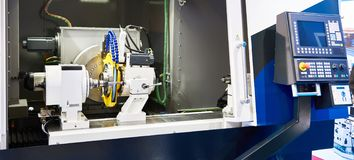 CNC da máquina de moedura da engrenagem imagem de stock