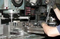 CNC de furo e de trituração na oficina Imagens de Stock