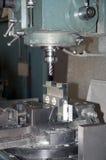 CNC de furo e de trituração na oficina Fotos de Stock Royalty Free