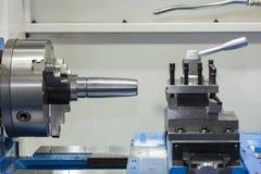 Cnc de industrieel klem van de draaibank draaiend as en productdeel op machine stock afbeeldingen