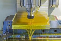 CNC de la fresadora con el líquido refrigerador del aceite Foto de archivo libre de regalías