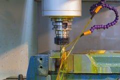 CNC de la fresadora con el líquido refrigerador del aceite Fotos de archivo