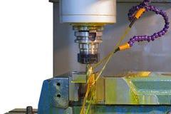 CNC de la fresadora con el líquido refrigerador del aceite Imágenes de archivo libres de regalías