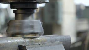 CNC de Malenmachine veroorzaakt Metaaldetail op Fabriek Metaalbewerkende machine Verwijdert een laag van metaal stock videobeelden