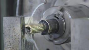 CNC de Malenmachine veroorzaakt Metaaldetail op Fabriek Metaalbewerkende machine Verwijdert een laag van metaal stock video
