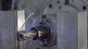 CNC de Malenmachine veroorzaakt Metaaldetail op Fabriek Metaalbewerkende machine Verwijdert een laag van metaal stock footage