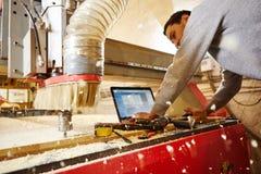 CNC de routermachine leidt tot een lay-out van de complexe plank stock afbeelding