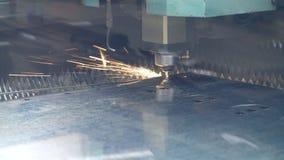 CNC de snijmachine van de vezellaser met heldere vonken Metaalbewerkend proces stock videobeelden