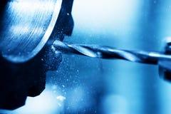 CNC die, het boren en het boring machine bij het werkclose-up draaien stock afbeelding