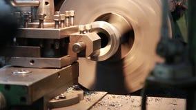 CNC draaibank machinaal bewerkt metaaldeel stock videobeelden