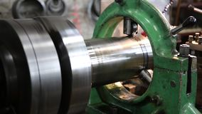 CNC draaibank machinaal bewerkt metaaldeel stock video
