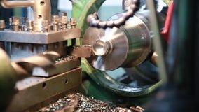 CNC draaibank machinaal bewerkt metaaldeel stock footage