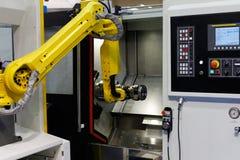 CNC draaibankmachine en robot stock afbeelding