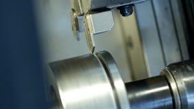 Cnc-Drehbank zieht Teil vom Metallwerkstückflaschenzug aus, moderne Drehbank für das verarbeitende Metall, Nahaufnahme, Maschine stock video footage
