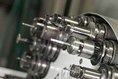 CNC in drehendem Kopf der Werkstatt mit Werkzeugen Stockfoto