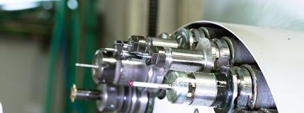CNC in drehendem Kopf der Werkstatt mit Werkzeugen Stockbild