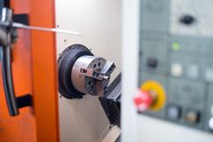 Cnc-drejbänk i fabriks- process royaltyfria foton