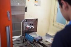 Cnc-drejbänk i fabriks- process arkivbild
