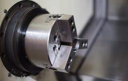 Cnc-drejbänk i fabriks- process arkivfoton
